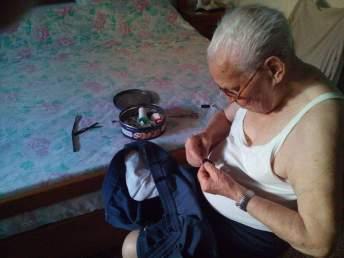 Nonno Luigi si tiene giovane con i lavoretti domestici