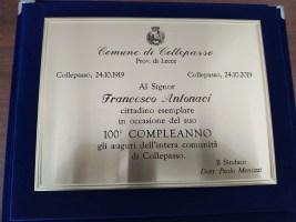 La targa ricordo consegnata a nonno Francesco