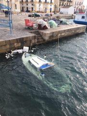 Barca affondata nel porticciolo del Canneto