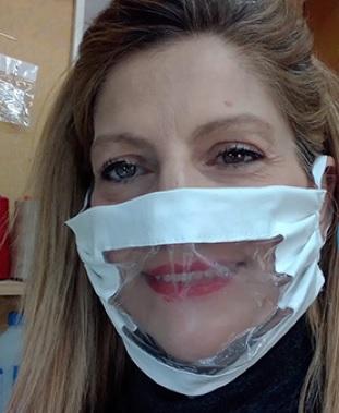 Irene Coppola indossa una mascherina trasparente
