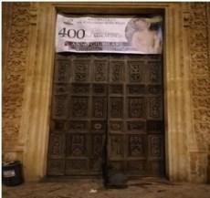 La porta del santuario scardinata