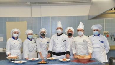 Iis Bottazzi, i ragazzi tutor dell'alberghiero di Ugento con il prof. Paiano
