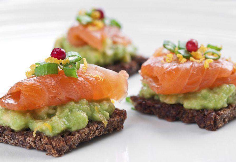 Tartine con salmone e avocado