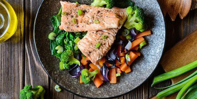 Salmone al vapore con verdure