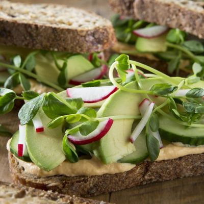 Sandwich hummus e avocado