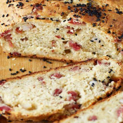 Pane con formaggio e pancetta