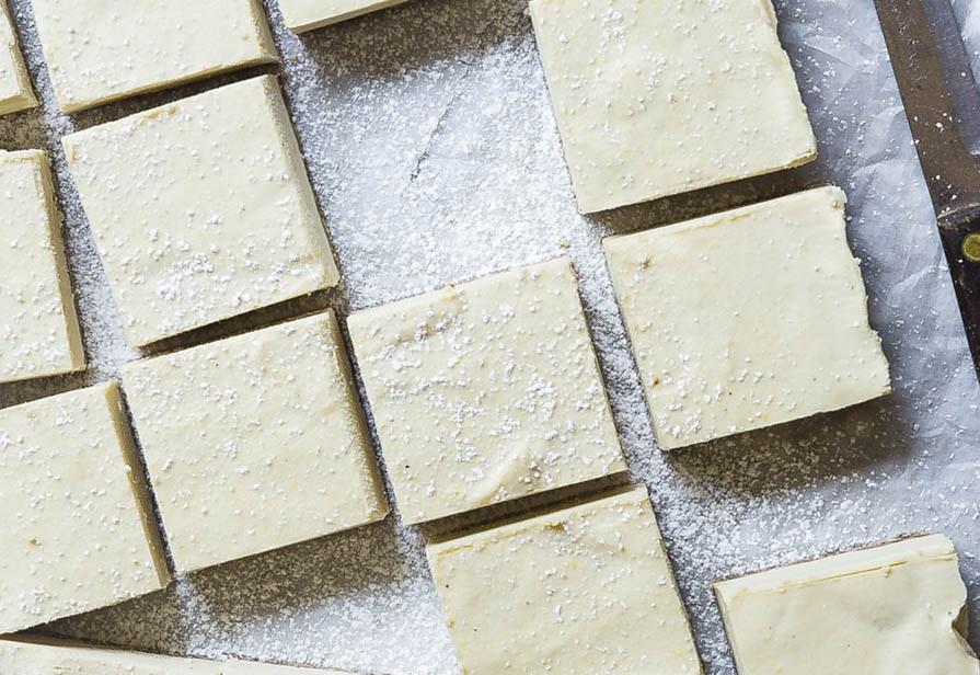 Quadrotti al cioccolato bianco