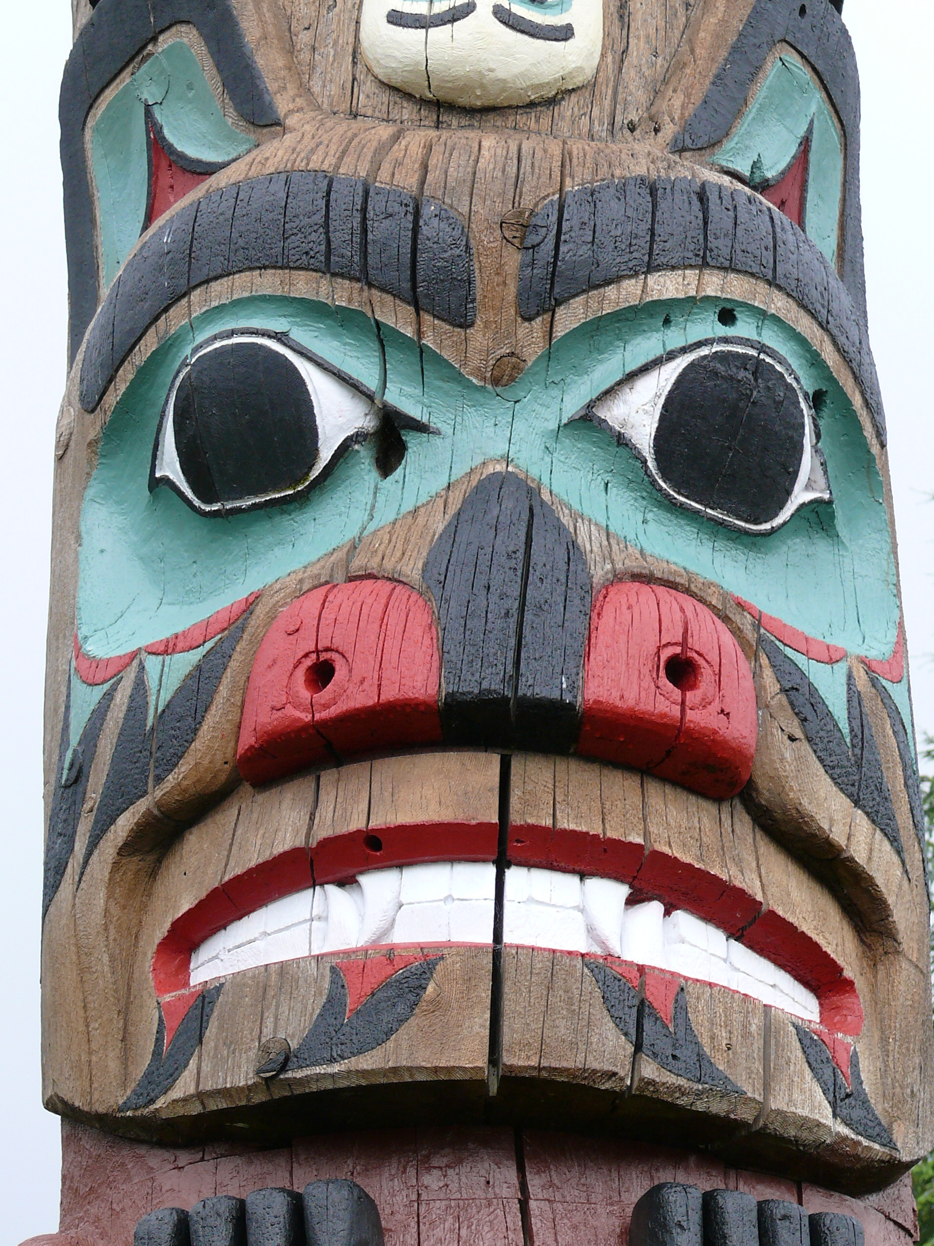beartotem.jpg - Bear face on a totem pole