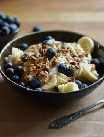 Een gezond en voedzaam fruitontbijt met frisse citroenkwark en krokante granola.