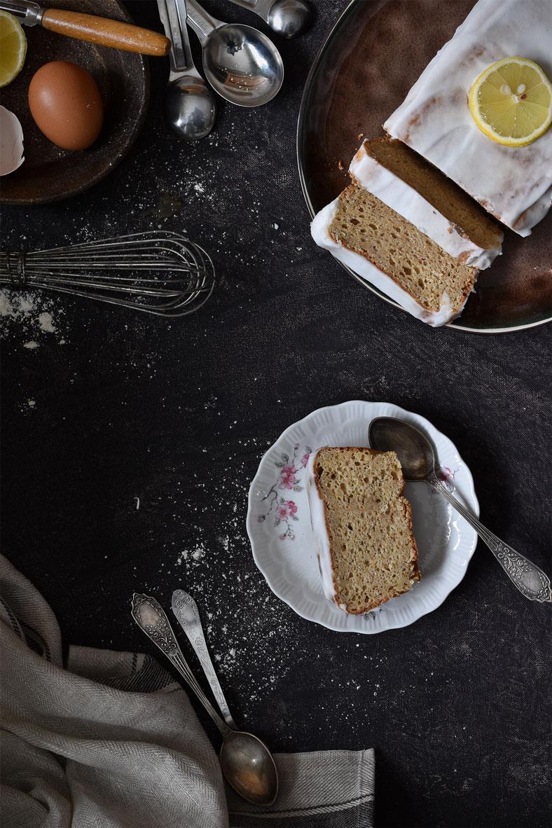 Een frisse, malse citroencake met een heerlijk laagje citroenglazuur. Lekker zoet maar toch suikervrij met voedzame ingrediënten voor een healthy snack.