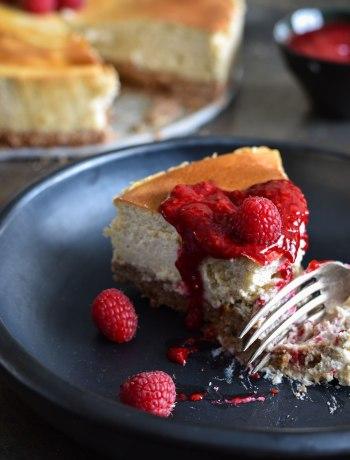 Een gezonde, romige, rijke maar toch luchtige limoen-cheesecake met speculaasbodem en frambozencoulis. Fris, suikervrij en heerlijk guiltfree!