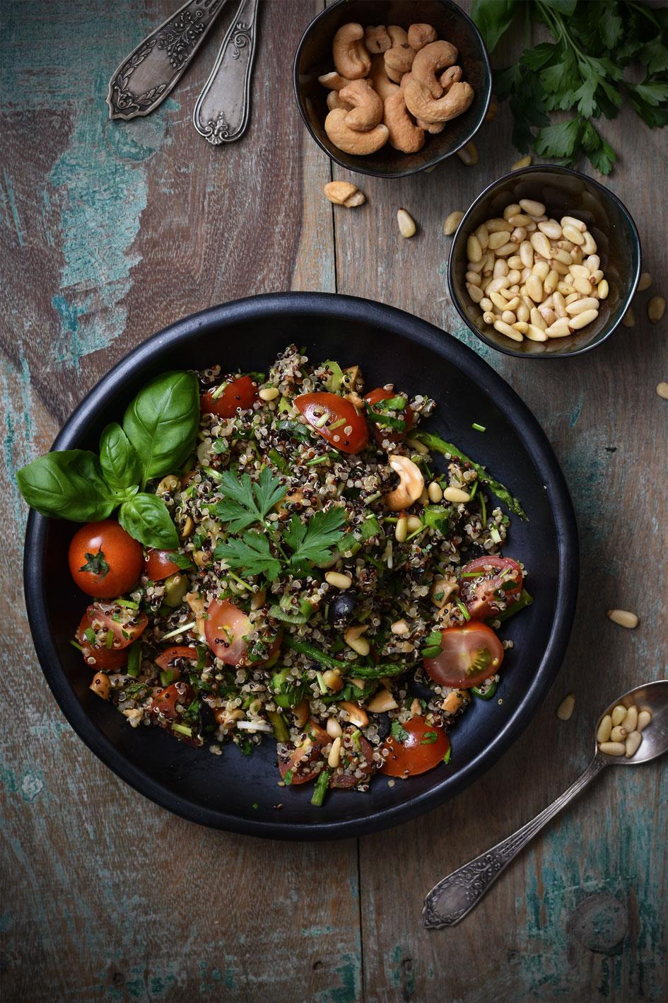 Kleurrijke, gezonde quinoasalade met groene asperges en verse kr