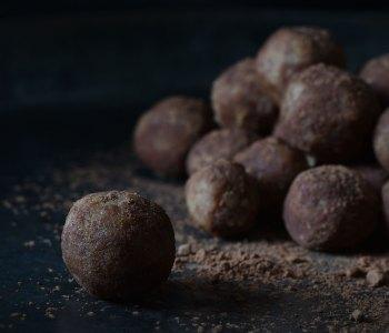 Gezonde marsepeinballetjes op basis van amandelen, dadels en cacao.