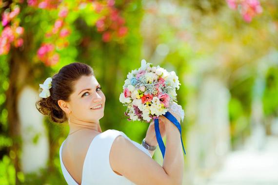 wedding photo, bride throwing bouquet