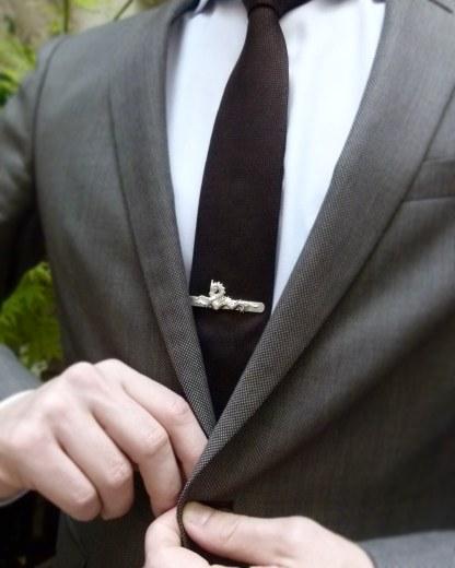 Pince à cravate Chimère portée