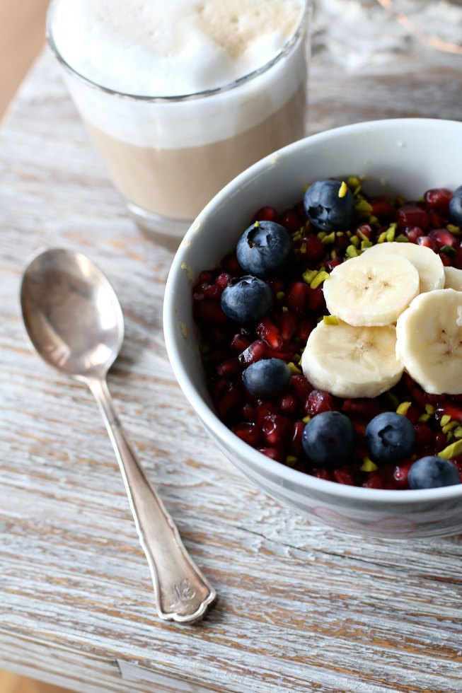 Porridge mit Granatapfel, Heidelbeeren, Bananen und Pistazien