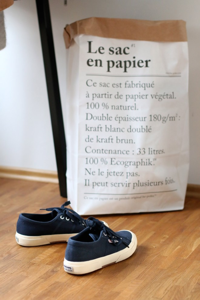 Dunkelblaue Superga und Le Sac En Papier Tüte