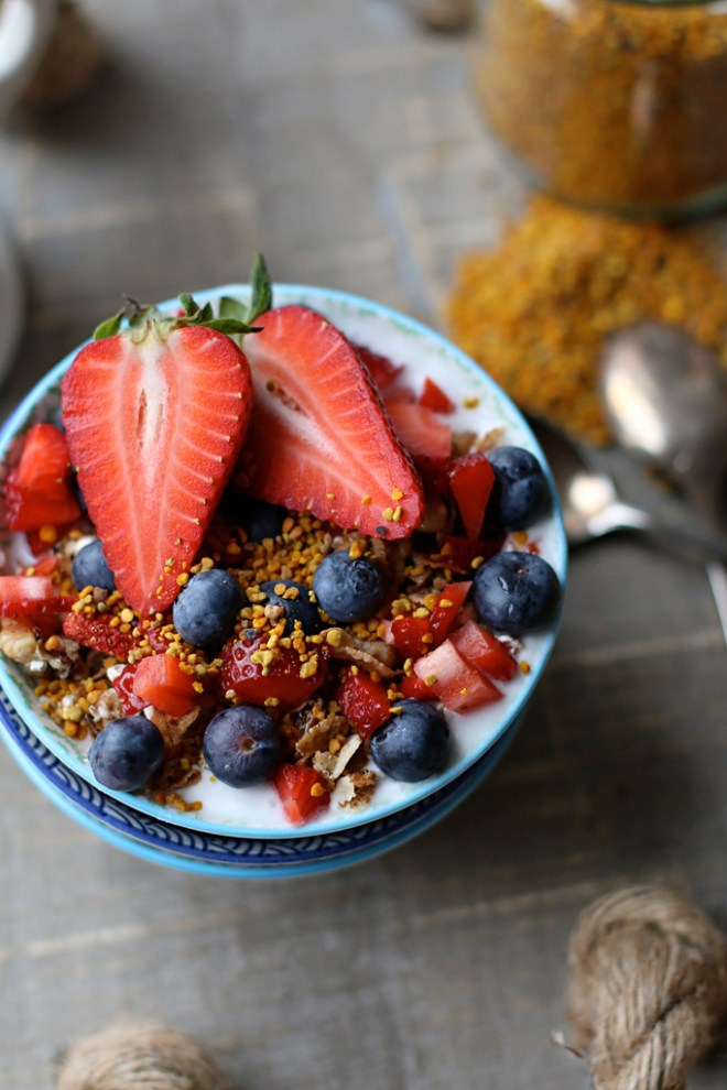 Kokosjoghurt, Beeren, selbstgemachtes Granola, Superfood Blütenpollen