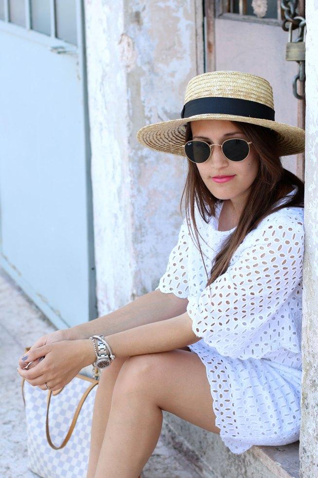 Weißes Lochspitzenkleid und Matador-Hut