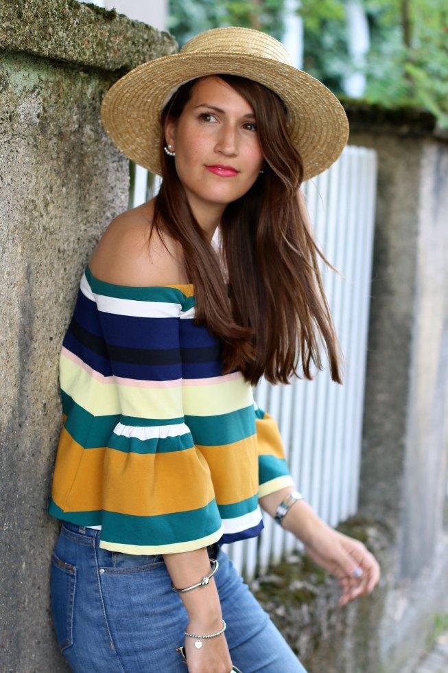 Gestreifte Offshoulder Bluse, Lace-Up Sandalen, Lack of Color Strohhut, Valentino Glam Lock Tasche