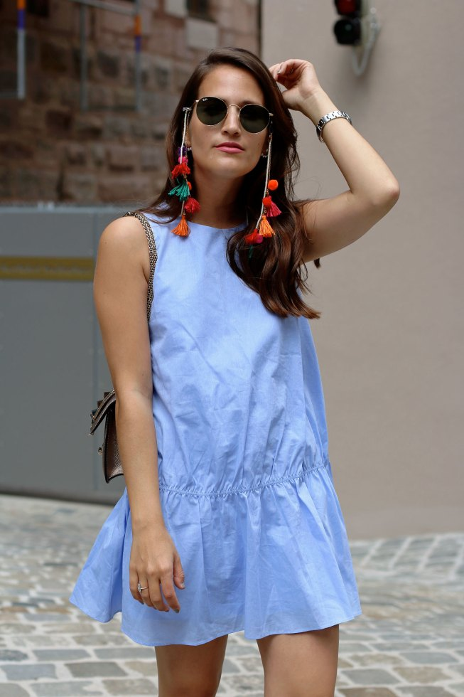 Hippie Brillenkette und blauer Jumpsuit