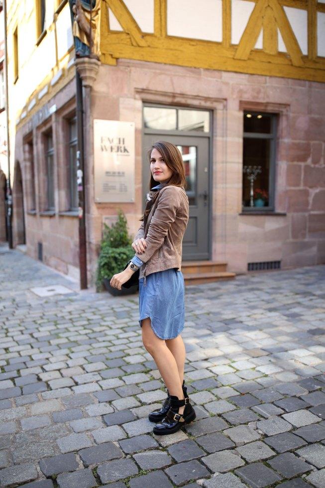 Blaues Jeanskleid, Wildlederjacke und Balenciaga Lookalike Boots