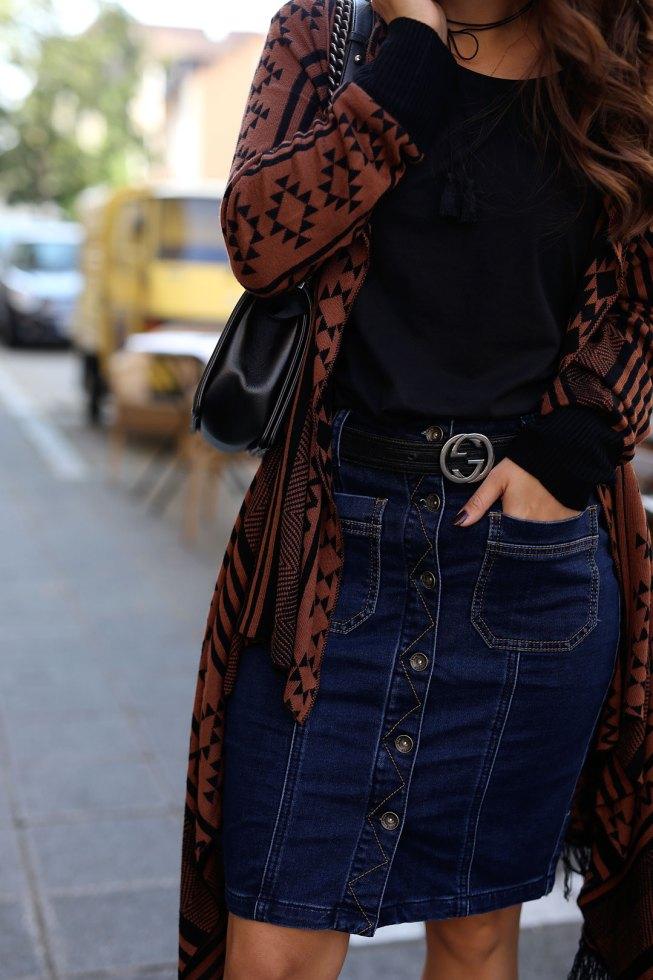 Herbstlook mit dunkelblauem Jeansrock und Aztec Print