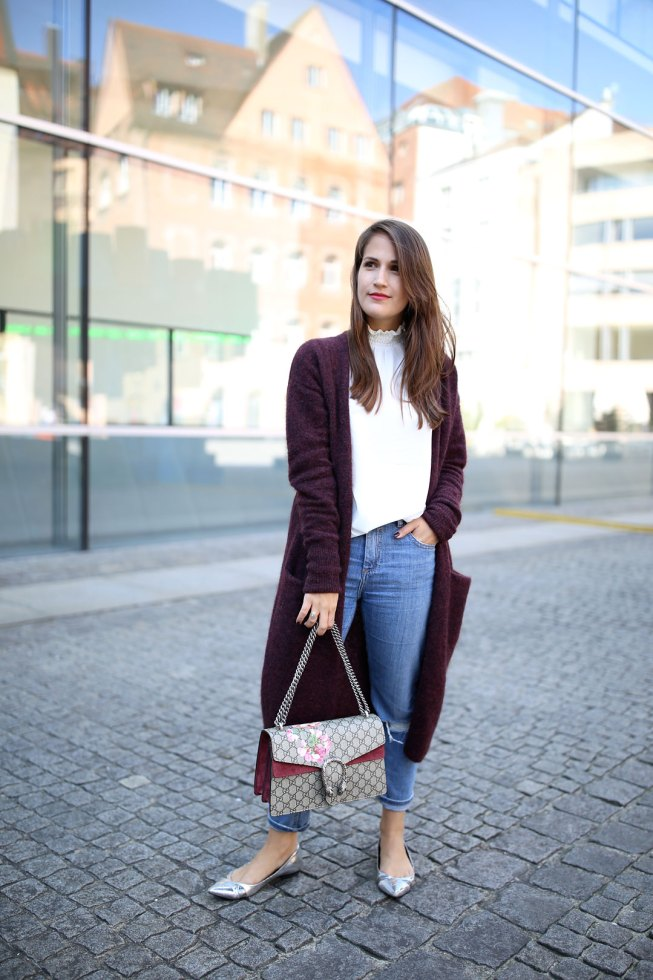 Mom Jeans und weinroter XL-Cardigan von & Other Stories