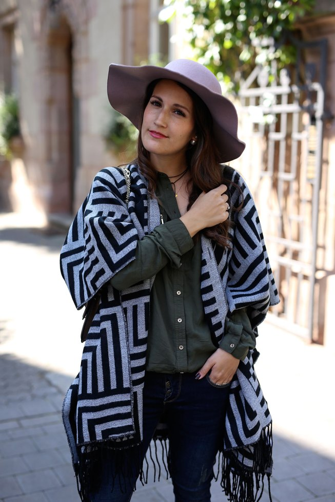 Poncho-Zeit mit Ethnoprint Poncho und rosa Hut