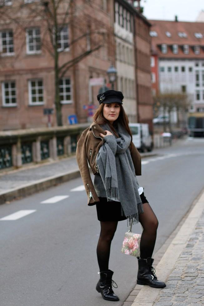 Schwarze Samtshorts, Acne Canada Schal, Gucci Dionysus Floral, Baker Boy Mütze und Combat Boots