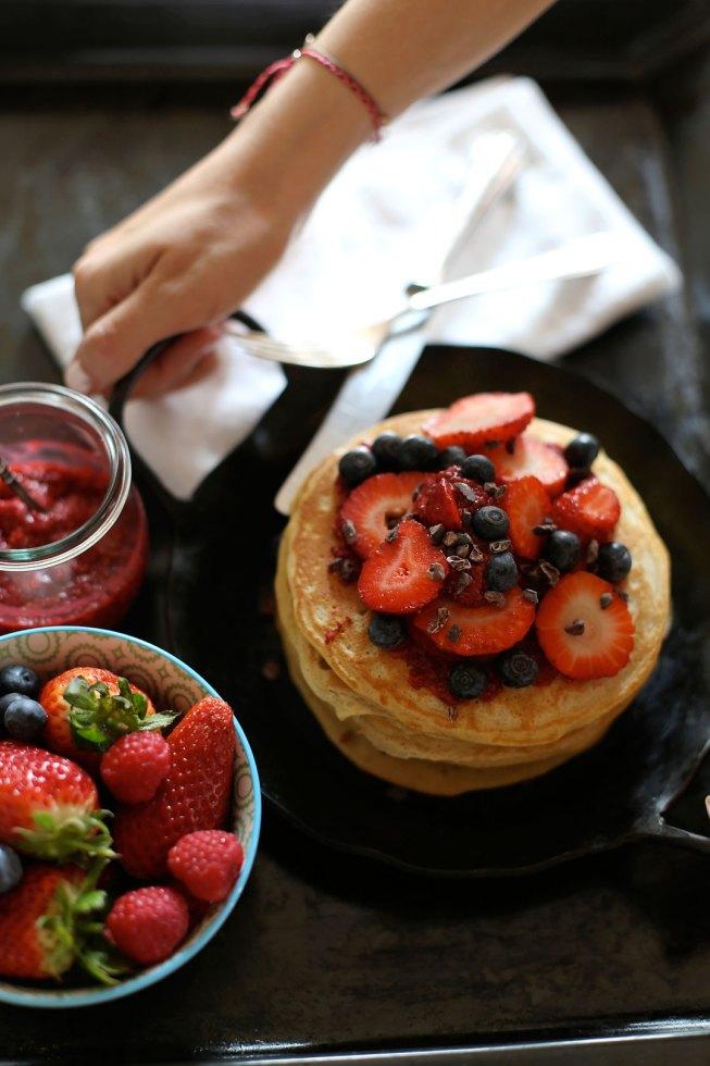 Buttermilch Pancakes mit Himbeer Chia Marmelade, Beeren und Kakaonibs