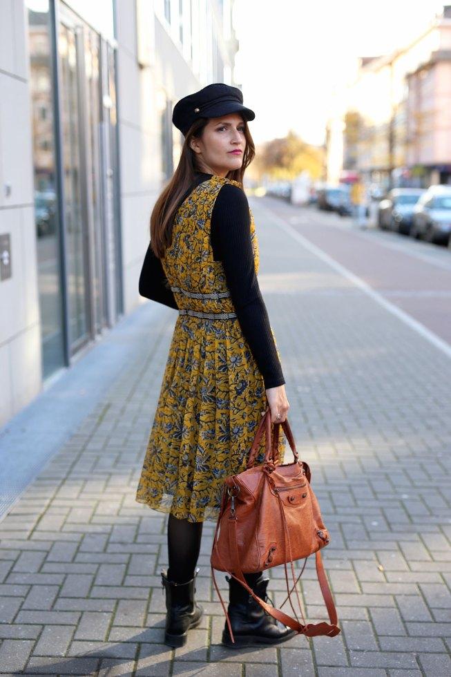 Herbstlicher Layering-Look: Rollkragenpullover unter Sommerkleid