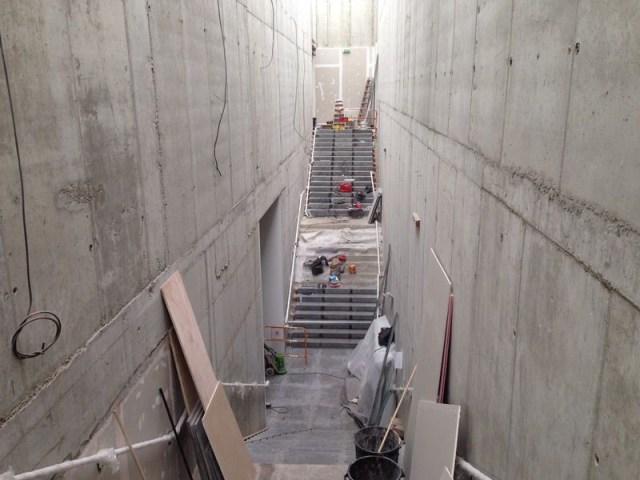 Escalera y pasillo en obras. Apple Store Aix-En-Provence (Francia).