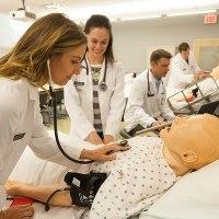 Opiekun medyczny zarobi tyle co pielęgniarka?