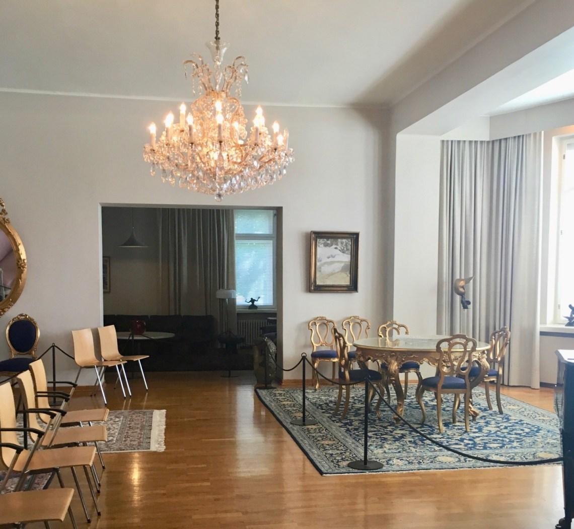 Ensimmäisen kerroksen edustustilojen huonekaluissa näkyy Tamminiemen monta aikakautta.