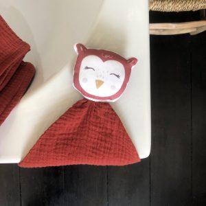 detail-doudou-hibou-double-gaze-rouge-terracotta-cadeau-naissance-bebe-carotteetcie-scaled