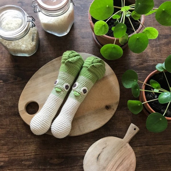 orso-le-poireau-hochet-Ypour-bebe-en-coton-bio