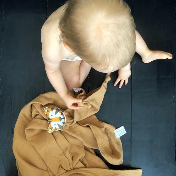 doudou-tigre-camel-double-gaze-coton-bio-oekotex-cadeau-de-naissance-bebe-carotteetcie
