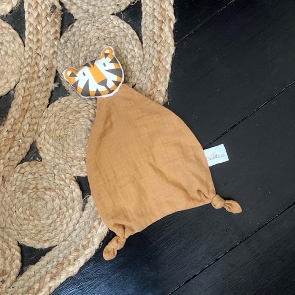 doudou-tigre-camel-double-gaze-coton-bio-oekotex-cadeau-de-naissance-bebe-fabrique-en-france-carotteetcie-1