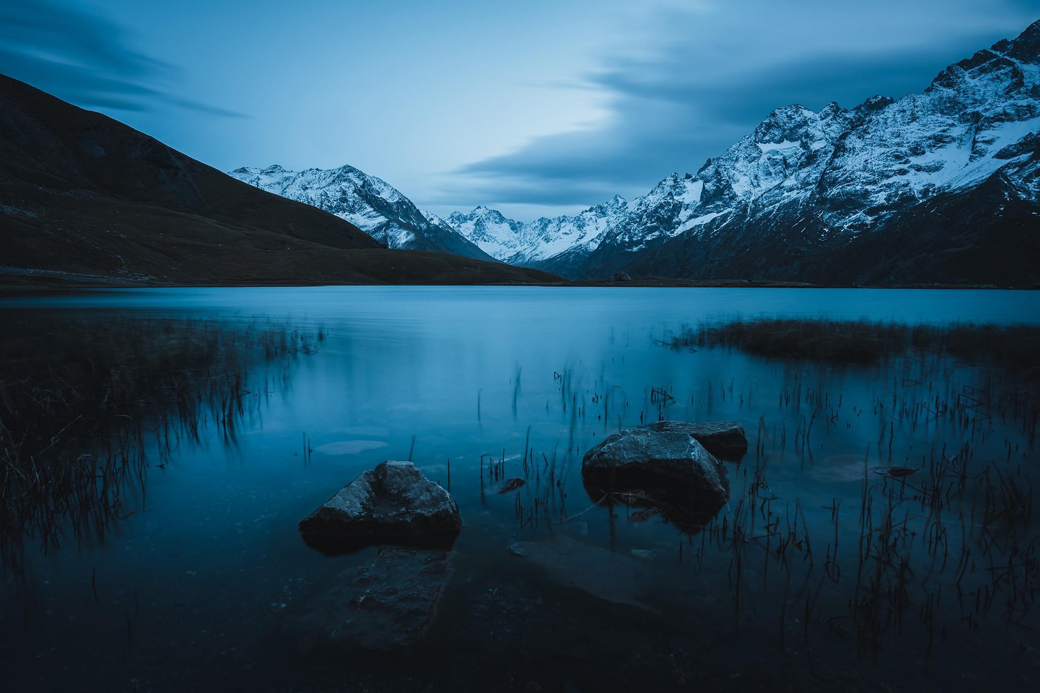 Heure bleue face au massif de la Meije, au lac du Pontet   Hautes-Alpes © Pierre ROLIN