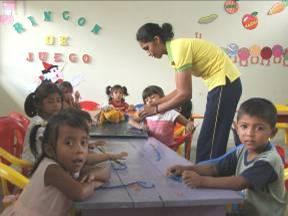 Educatrici e bambini della Scuola materna de El Para�