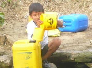 Juan Francisco  aiuta per rifornire d'acqua casa sua.
