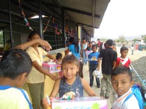 I bambini ricevono  i  regali di Natale