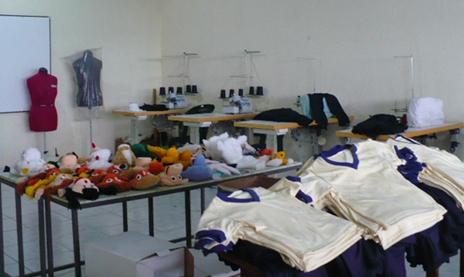 Foto 6 –Laboratorio di confezioni a El Paraíso. Burattini e uniformi confezionati dalle mamme