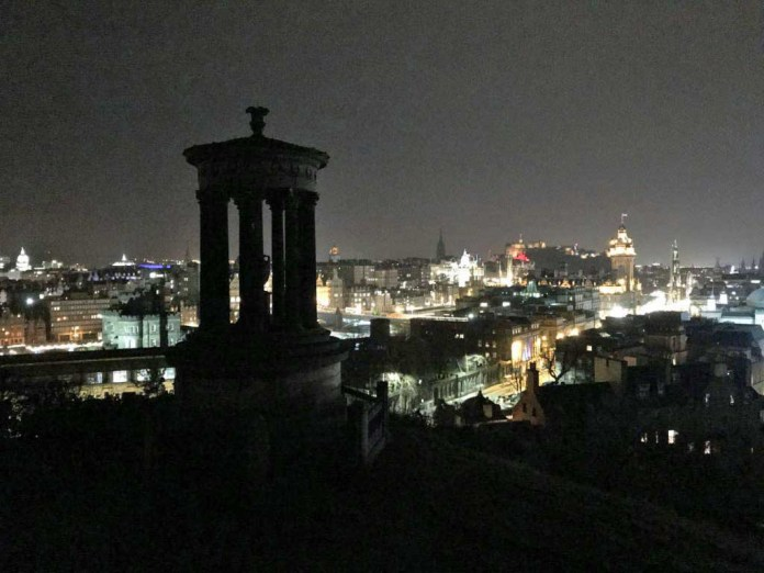 calton hill vista città notte