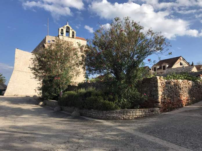 cosa vedere isola hvar torre chiesa