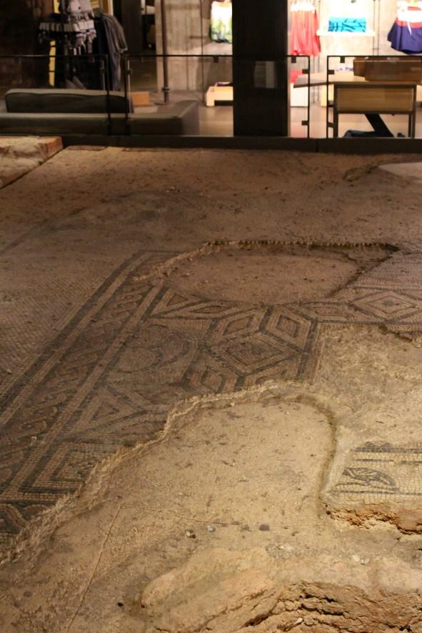 I resti della villa romana nel negozio Benetton in via Mazzini