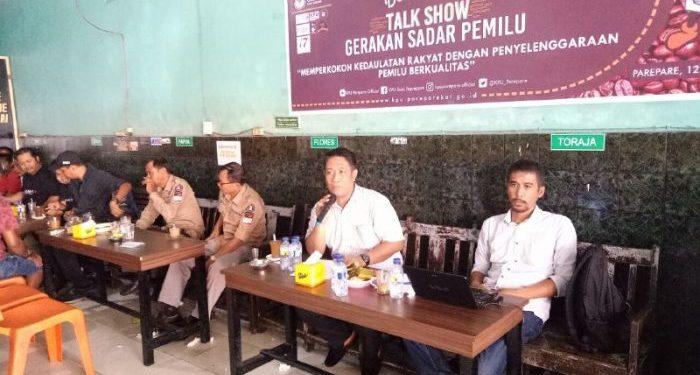Ket: Talkshow Gerakan Sadar Pemilu yang digelar KPU Parepare, di Warkop 588, Selasa 12/12. (foto: Mulyadi/PIJAR)