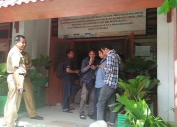 Pegawai Pemerintahan Kota (Pemkot) berpakaian dinas terlihat keluar masuk ke dalam kantor Dinas Lingkungan Hidup (LHD) Kota Makassar sementara, Tim penyidik Subdit 3 Tipikor Polda Sulsel masih menggeledah ruangan-ruangan di Lantai 2 LHD.