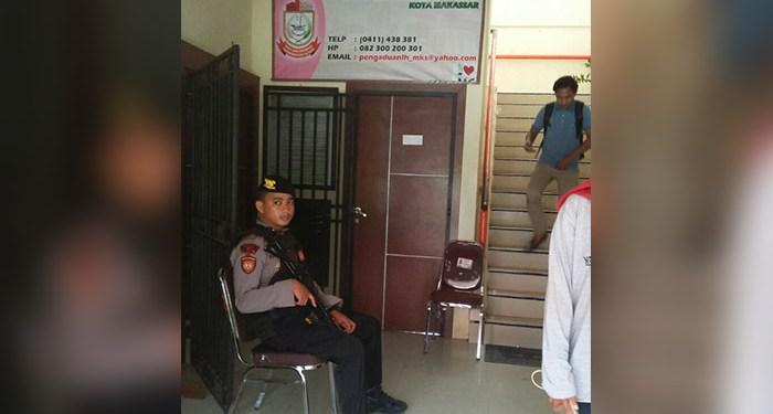 Kantor Dinas Lingkungan Hidup Daerah (LHD) Makassar digeledah tim penyidik Subdit 3 Tipikor polda Sulses, Senin (8/1).